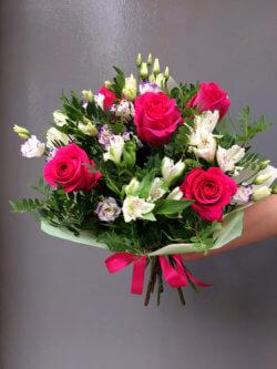 Букет из роз, альстромерий, эустомы и декоративной зелени в крафтовой упаковке