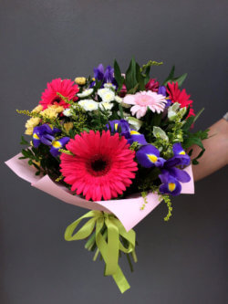 Букет из гербер, кустовых хризантем, альстромерий и декоративной зелени