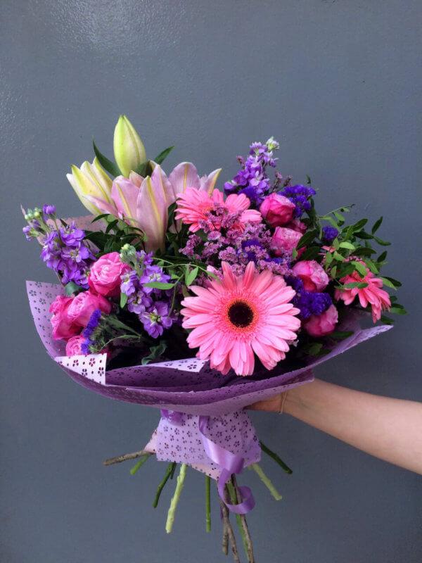 Букет из гербер, лилии, роз, кустовой хризантемы и декоративной зелени