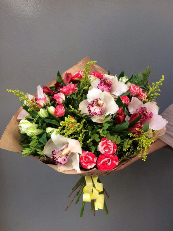 Букет из красно-белых роз, орхидеи и декоративной зелени