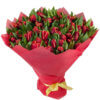 Страстный букет из 35 красных тюльпанов в упаковке из фетра