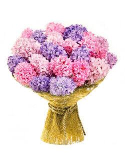 Букет из розовых и сиреневых гиацинтов в упаковке из сизаля