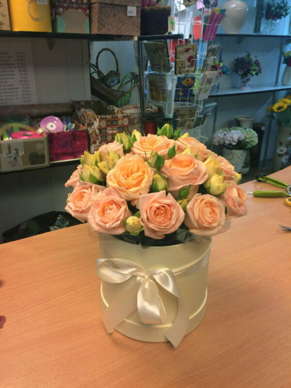 Шляпная коробка с розовой пионовидной розой