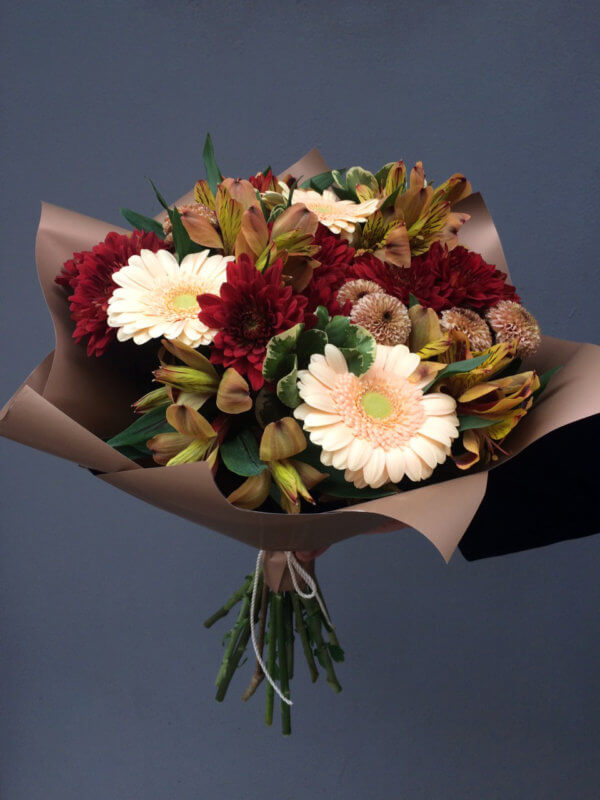 Букет из гербер, альстромерий, кустовых хризантем и декоративной зелени в крафтовой упаковке