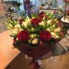 Букет с красными розами, альстромерий и эустомой в упаковке из крафта
