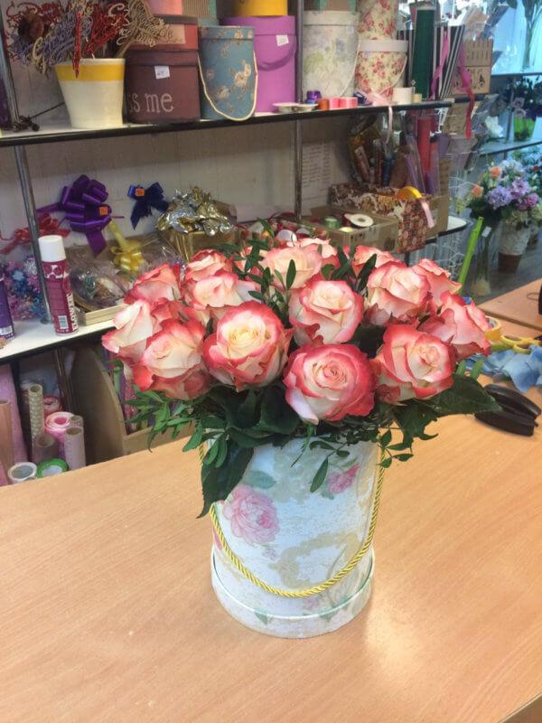 Шляпная коробка с 19 розово-белыми розами