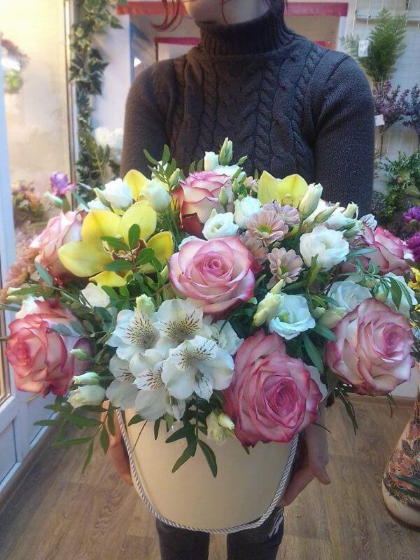 Шляпная коробка с розой, орхидеей, эустомой, альстромерией и декоративной зеленью