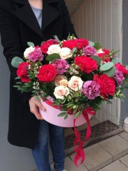 Коробка с пионовидной розой, кустовой розой, гвоздикой, эвкалиптом и декоративной зеленью