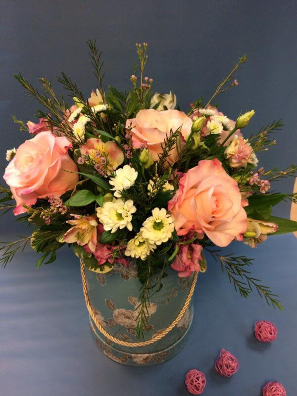 Шляпная коробка с розами, альстромерией, хризантемой, хамелациумом и декоративной зеленью