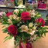 Коробка с малиновой розой, альстромерией и декоративной зеленью