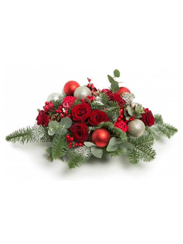 Новогодняя композиция из елки, роз, эвкалипта и декора