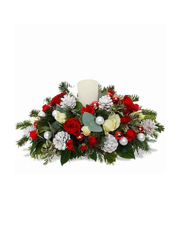 Новогодняя композиция из нобилиса, роз, шишек и декоративных элементов