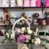 Корзина с пионами, диантусом, эвкалиптом и декоративной зеленью