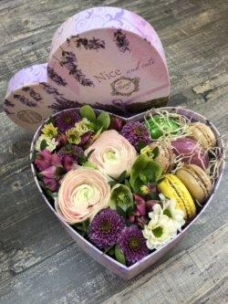 Коробочка с пионовидной розой и хризантемами в виде сердца с макарунами