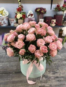 Шляпная коробка с розовой кустовой розой