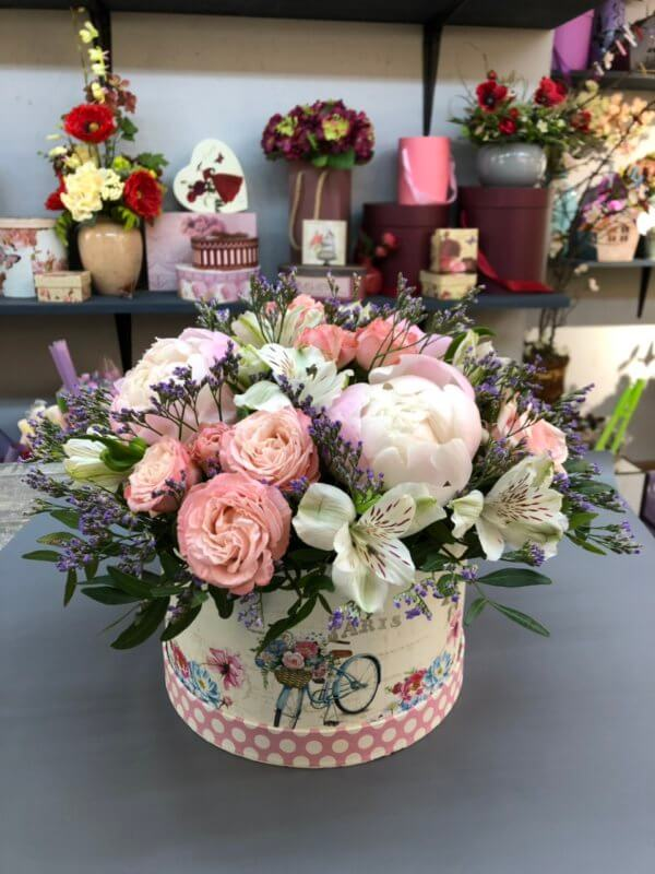 Коробка с пионами, кустовой розой, сухоцветами и декоративной зеленью