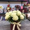 Шляпная коробка с 15 белыми розами и декоративной зеленью