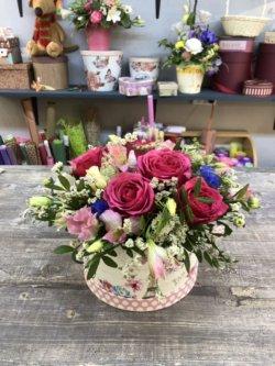 Шляпная коробка с розами, альстромерией и декоративной зеленью