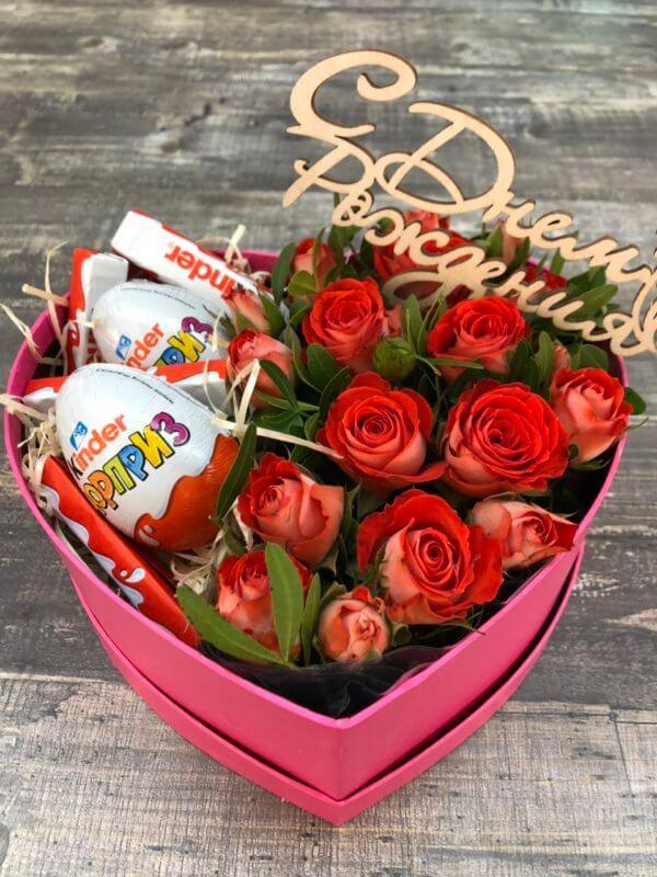 Коробочка в виде сердца с розами и киндерами