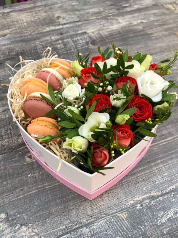 Коробка в виде сердца с розами, эустомой и макарунами