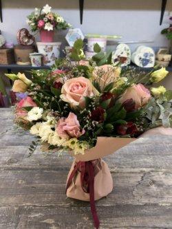 Букет из роз, тюльпанок, кустовых хризантем и сухоцветов