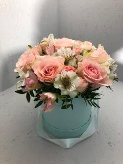 Шляпная коробка с розами и альстрмоериями