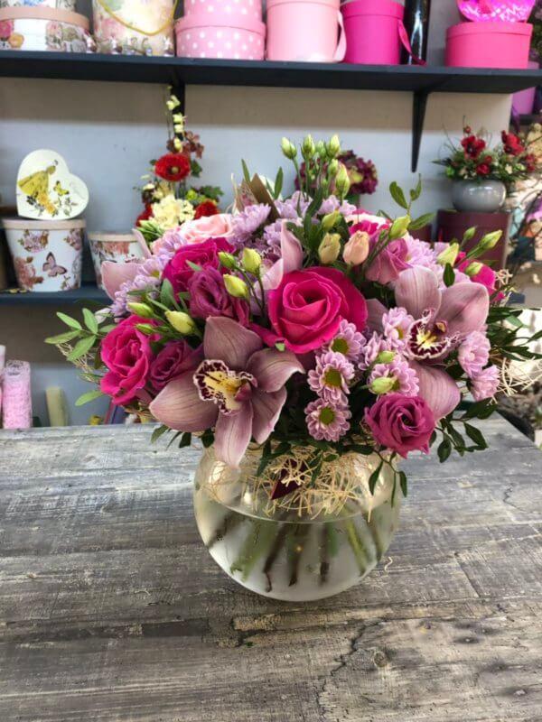 Букет из розовых роз, орхидей, кустовой хризантемой и декоративной зеленью
