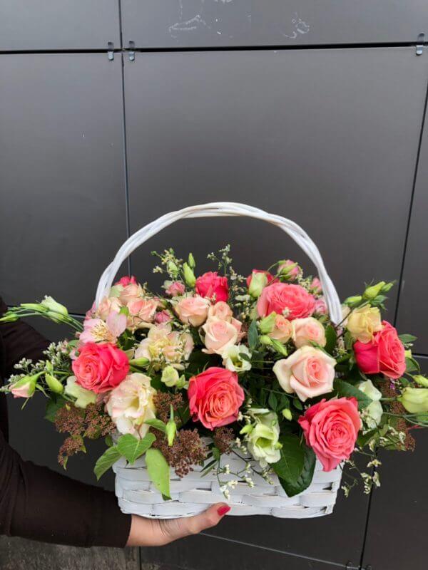 Корзинка с розами, сухоцветами и декоративной зеленью