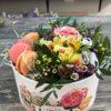 Коробка с розой, эустомой, альстромерией и макарунами