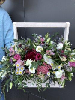 Ящик с пионом, розами, кустовыми хризантемами и декоративной зеленью