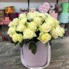 Шляпная коробка с 25 белыми розами с ручкой в виде ленты
