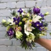 Букет с цимбидиумом, лизиантусом, ирисами, хризантемой и декоративной зеленью