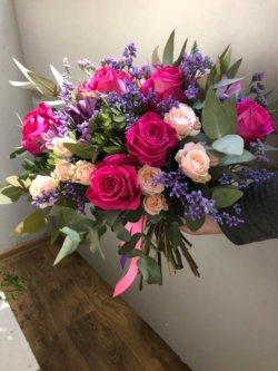 Букет из роз, лимониума и декоративной зелени
