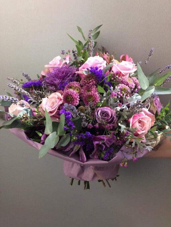 Букет из роз, кустовых хризантем, старицы и эвкалипта в упаковке из фетра