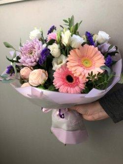 Букет из гербер, кустовой розы, лизиантуса и хризантемы