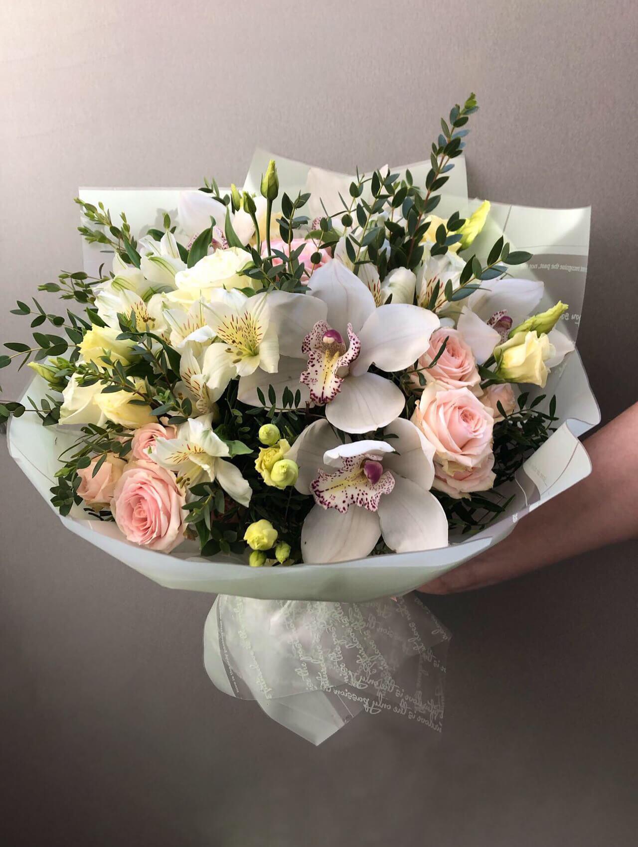 Букет с орхидеей, розами, эустомой и эвкалиптом
