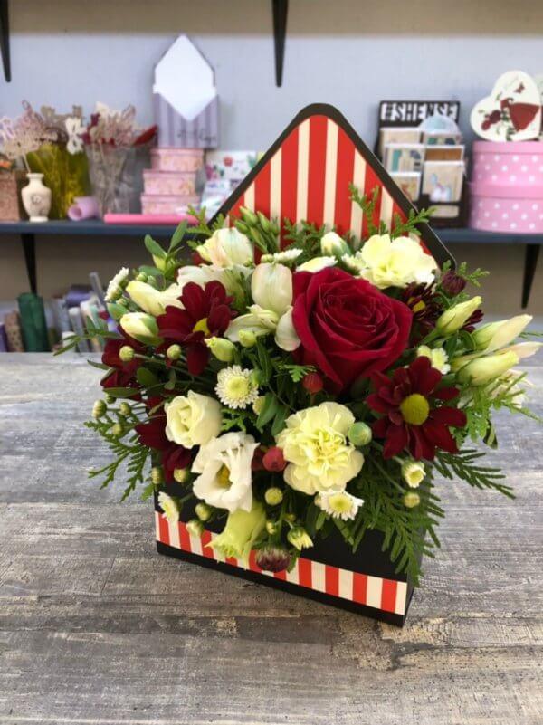 Композиция в форме конверта с цветами - белая роза, красная хризантема