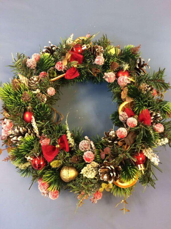 Новогодний (рождественский) венок из искусственных и природных материалов