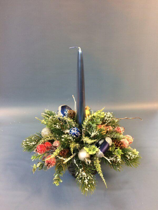 Новогодняя цветочная композиция со свечой