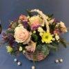 Новогодняя корзинка цветов с розами, нобилисом, хризантемами и сухоцветами