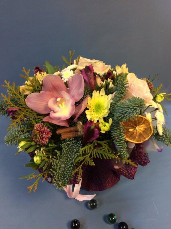 Новогодняя композиция цветов с нобилисом