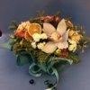 Цветочная композиция из орхидей, нобилиса, хризантем и декоративных элементов