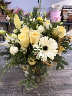 Новогодний букет с розами, хризантемой и лилиями