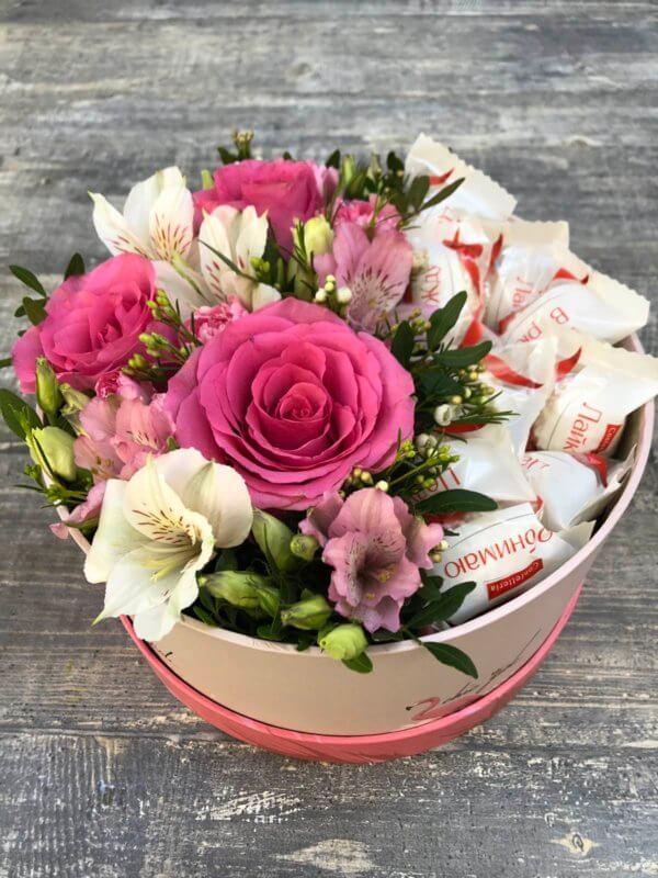Коробочка с розой, альстромерией и рафаэлло