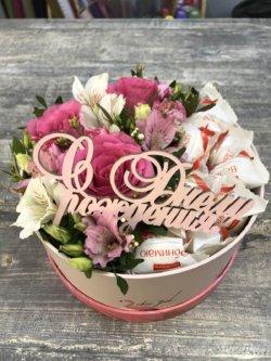 Коробочка с розой, альстромерией, рафаэлло и табличкой с днем рождения