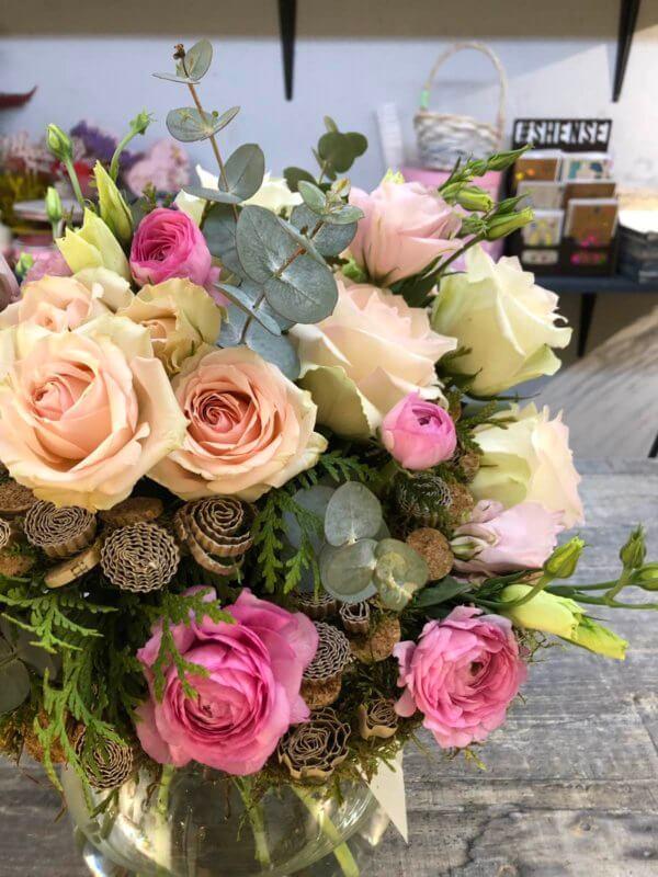 Букет из роз на каркасе с эвкалиптом и декором