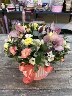 Шляпная коробка с цветами - орхидеей, розой, кустовой хризантемой и декоративной зеленью