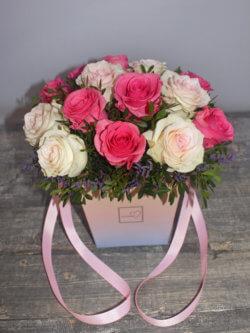 Коробочка с розовыми и белыми розами