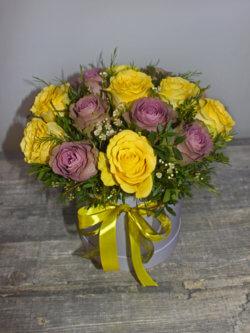 Шляпная коробка с сиреневыми и желтыми розами