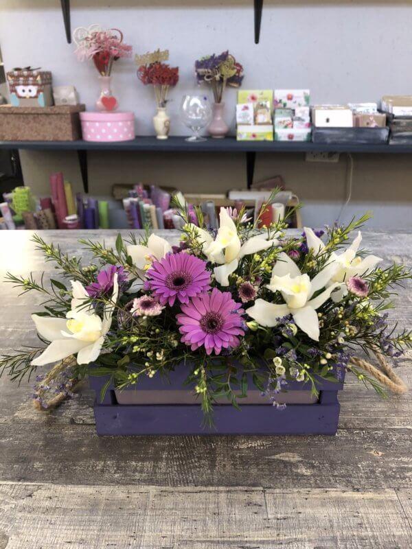 Ящик с орхидеями, хризантемами и декоративной зеленью